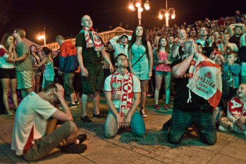 Przegrana - kibice w częstochowskiej Strefie Kibica tuż po piątym strzelonym rzucie karnym dla Portugalii, oznaczającym koniec przygody biało-czerwonych z Euro 2016