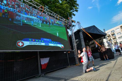 Strefa Kibica, mecz Polska - Szwajcaria, kibic modlący się przed decydującym rzutem karnym, który dał Polsce awans do ćwierćfinału Mistrzostw Europy
