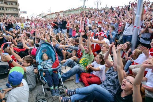 Strefa Kibica, mecz Polska - Ukraina, śpiące dziecko podczas zdobycia przez Jakuba Błaszczykowskiego decydującej bramki, która dała wygraną polskiej drużynie 10
